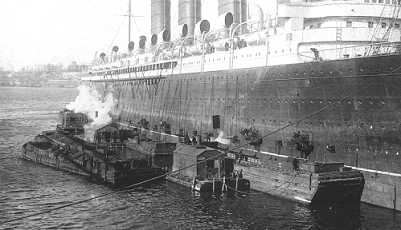 Steamship coaling - taking on bunkers in port